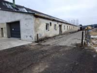 budova a betonová plocha